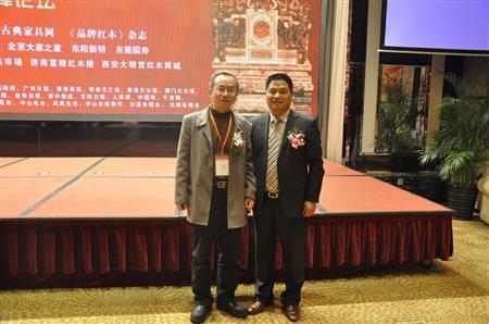 故宫博物院宫廷部副研究馆员周京南与董事长李忠信先生合影