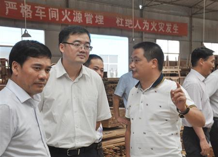 董事长李忠信先生陪同东阳市委书记黄敏深入中信红木一线车间考察