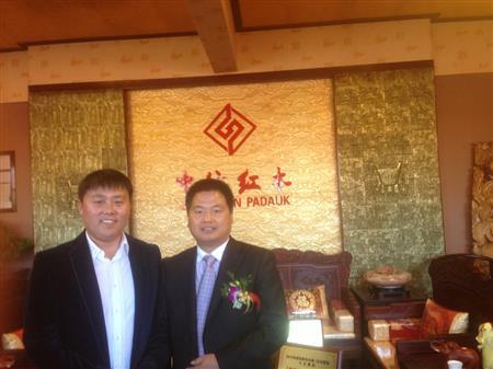 2010年星光大道年度总冠军刘大成光临中信红木与董事长合影